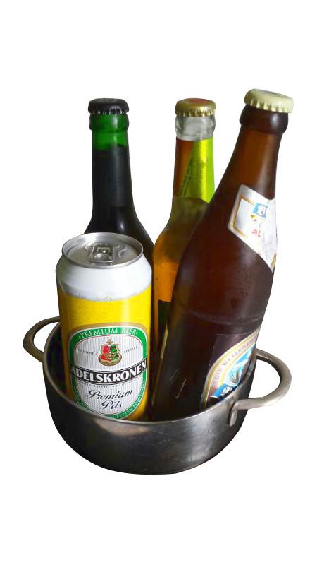Bierflaschen in einem Topf.