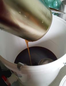 Heimbrauset für Starkbier - flüssiges Malzextrakt wird in den Gäreimer gefüllt